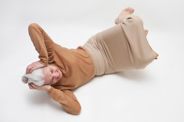 転倒しているシニア女性