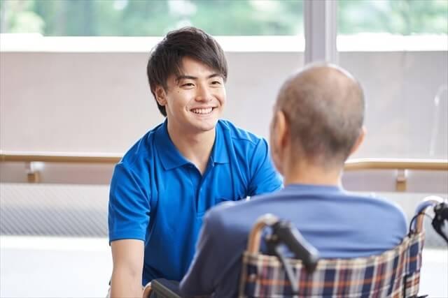 男性介護士と男性高齢者