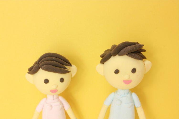 男女の介護士人形