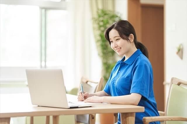 記録作成 女性介護士
