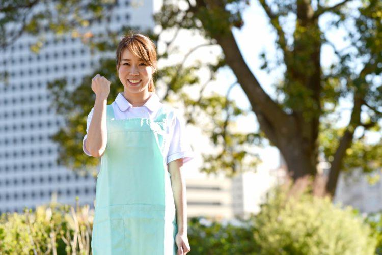 よしっ!のポーズの介護士女性