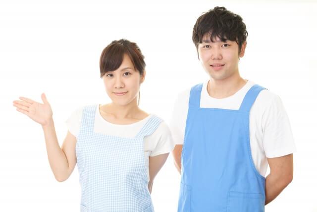 女性介護士と男性介護士