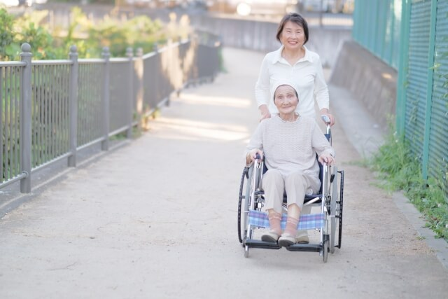 高齢女性 車イス