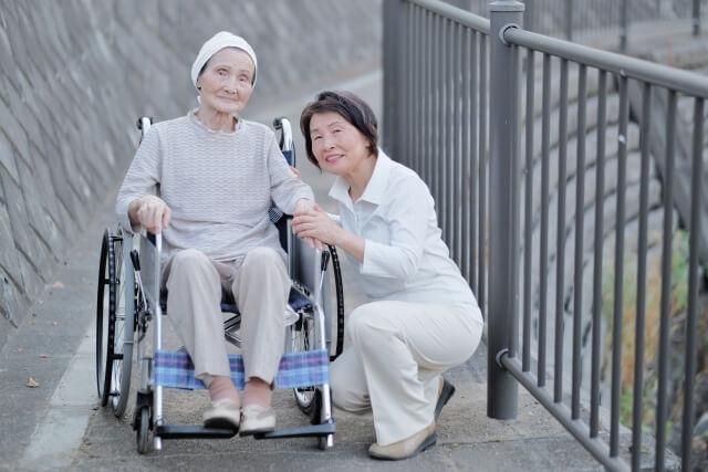 車イスの高齢女性