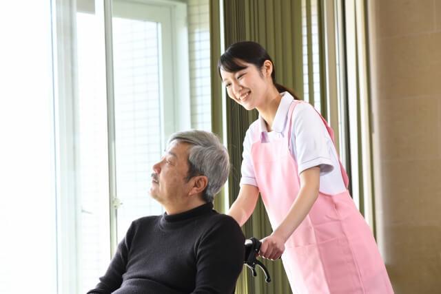 女性介護士と男性利用者