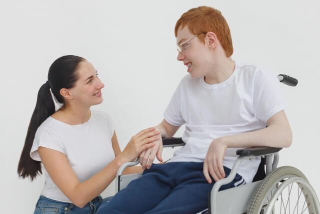 女性介護士と知的障害者